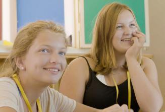 Sprachschüler hören dem Lehrer zu