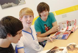 Junge Englischsprachschüler beim Lernen im Sprachkurs