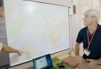 Ein Englischlehrer schaut auf das Whiteboard