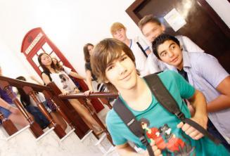 Eine Gruppe Sprachschüler vor einer roten Telefonzelle