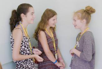Kids Programm Sprachschülerinnen unterhalten sich in der Sprachschule
