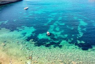 Sicht auf eine Bucht mit kristallklarem Wasser
