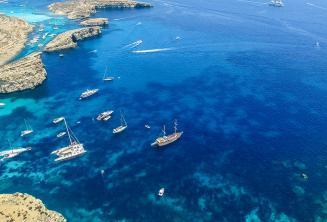 Booten segeln vor Comino, Malta