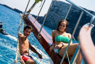 2 Sprachschüler faulenzen auf dem Deck eines Boots in Comino in Malta.