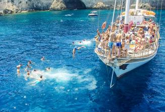 Springen vom Boot in Crystal Bay, Comino