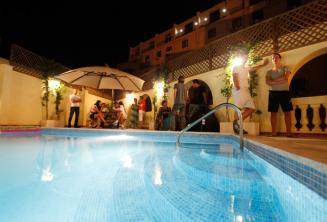 Swimmingpool auf dem Dach der Sprachschule am Abend