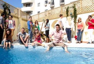 Sprachschüler kühlen sich am Swimmingpool ab