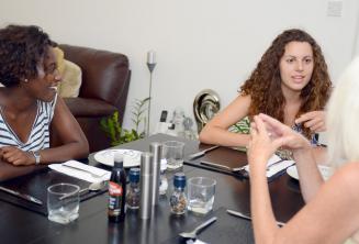 Englisch Sprachschüler zusammen mit ihrer Gastfamilie beim Essen in St Julians