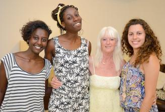 Englisch Sprachschüler posieren mit ihrer Gastfamilie