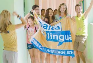 Sprachschüler mit einer Fahne in unserem Sommercampus