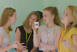 Lehrer und Gruppenleiter spricht mit Sprachschülern