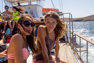 2 Teenager Mädchen auf einer Bootsfahrt