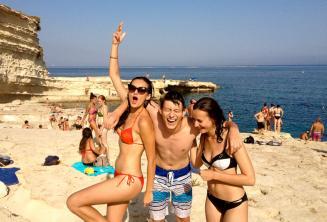 3 Teenager Sprachschüler auf einem Ausflug nach St Peters Pool, Malta
