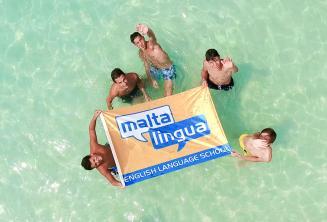 Teenager Sprachschüler auf einem Ausflug, blaue Lagune