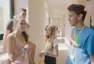 Sprachschüler unterhalten sich im Teenager Gebäude