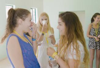 2 Englisch Sprachschülerinnen unterhalten sich in der Sprachschule
