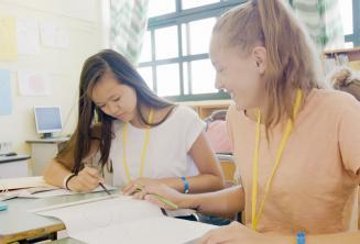 2 Mädchen arbeiten in der Sprachschule zusammen
