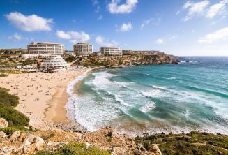 Sicht auf den Strand der Golden Bay auf Malta
