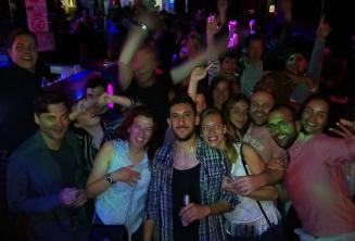 Eine Gruppe von Angestellten und Schülern der Sprachschule beim Feiern auf Malta