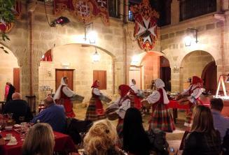 Traditionelle maltesische Tänzer bei einem Auftritt