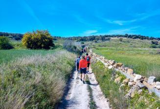 Eine Gruppe englischer Sprachschüler beim Spazieren auf Malta