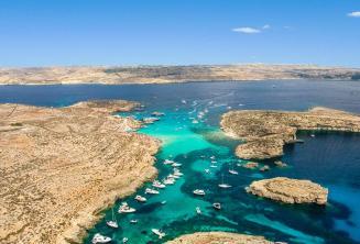 Foto von der blauen Lagune von oben in Comino, Malta