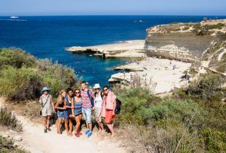 Englisch Sprachschüler besuchen St Peter's Pool, Malta