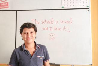 Ein Englisch Sprachschüler, der ein gutes Feedback an die Tafel geschrieben hat