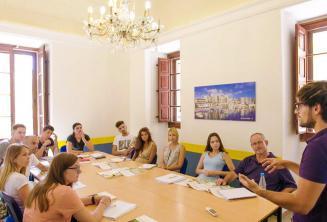Sprachschüler hören dem Lehrer während einer Englisch Unterrichtseinheit zu