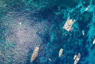 Luftaufnahme von Booten in Crystal Bay, Comino
